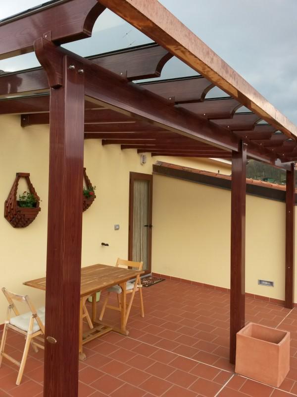 Tettoia simil legno con copertura in vetro
